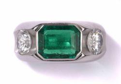 Ring750-Weißgold, schöner Smaragd, 2,34 ct und zwei Brillanten von je 1,00 ct im oberen Farb- und