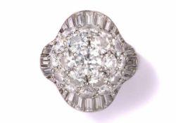 RingPlatin. Brillanten und Diamant-Baguetten im oberen Farb- und Reinheitsbereich. Bezeichnet: