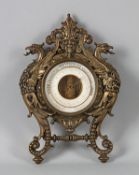 BarometerUm 1900. Schön verziertes Messinggehäuse für Wandhängung und Aufstellung (Tischständer