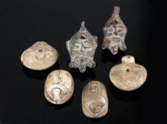 KonvolutVier antike ägyptische Öllampen aus Ton (2 Kopflampen, 2 Froschlampen), L 8,6 cm -11,2 cm,