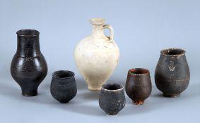 KonvolutSechs Tongefäße, teils mit schwarzem und grauem Firnis dekoriert. Römisch, ca. 1.-2. Jh.