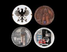 Vier Autoplaketten1) ADAC, Messing, weißes und schwarzes Email, verso Reliefstempel: Fritz Reu & Co.