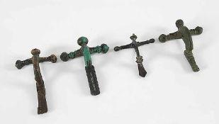 Vier römische BronzefibelnCa. 2.-3. Jh. n. Chr.. L 6,2 cm, 8 cm, 8,2 cm, 9 cm. Schöne Alterspatina.€