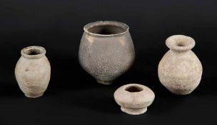 Vier römische TongefäßeCa. 2.-3. Jh. n. Chr.. Bauchige Gefäßkörper mit hellgrauer, ein Gefäß mit
