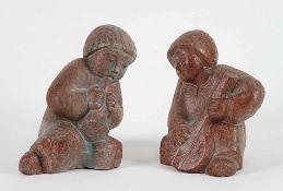 Zwei musizierende KinderfigurenRotbrauner Ton, braun-graue Glasur. Verso ungedeutete Ritzsign.. H
