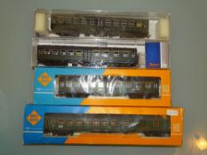 HO GAUGE - A group of Roco coaches in DB green liv