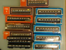 OO GAUGE - A tray of Mark 1 and Mark 2 coaches all