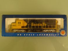 HO GAUGE - A Bachmann American outline EMD GP40 diesel locomotive in Santa Fe livery. VG in G box