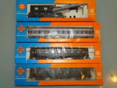 HO GAUGE - A group of Roco coaches and a crane in