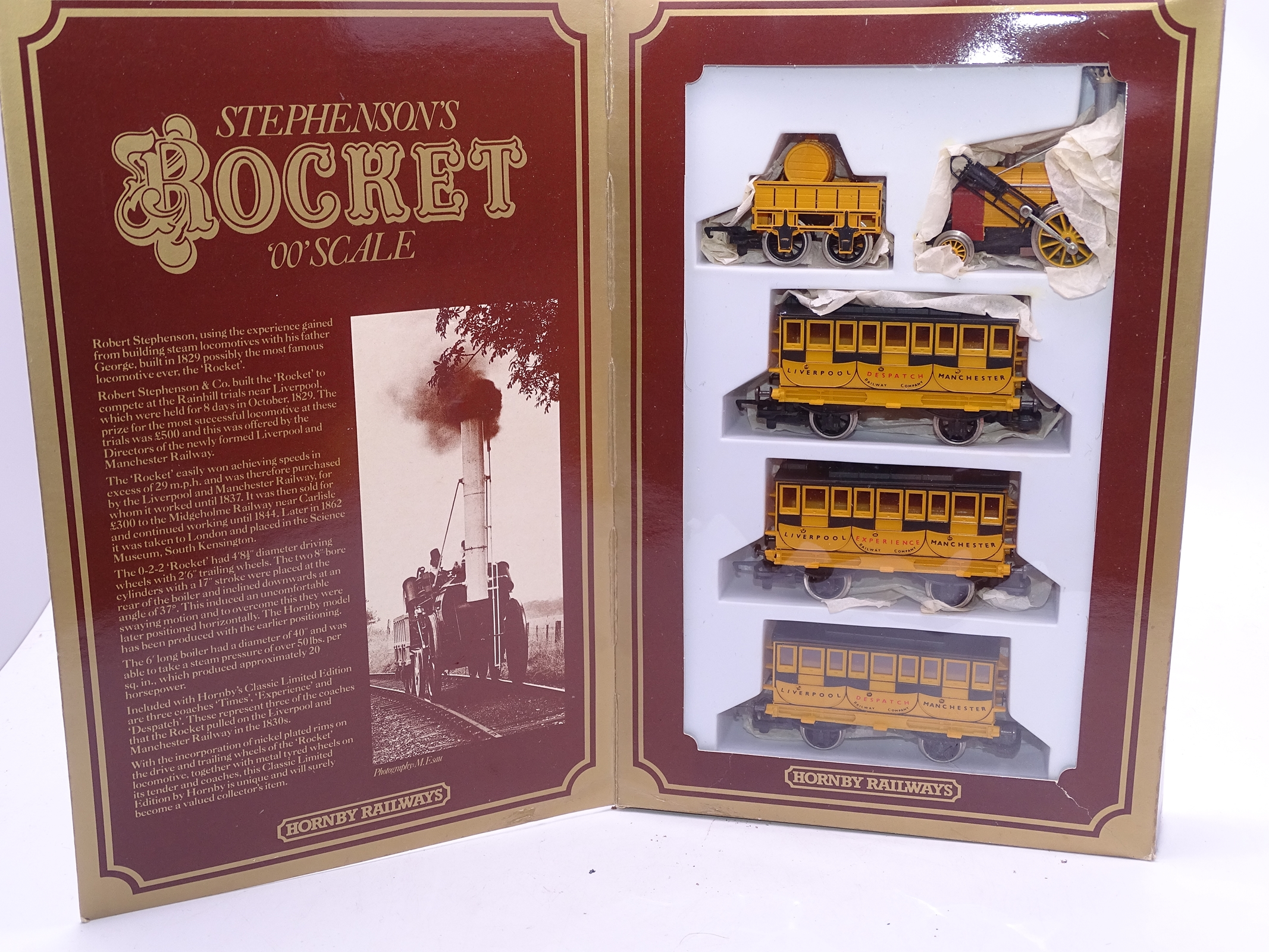 Lot 42 - OO Gauge -A Hornby OO Gauge R796 Stephenson's Rocket Train Pack - VG in G/VG box