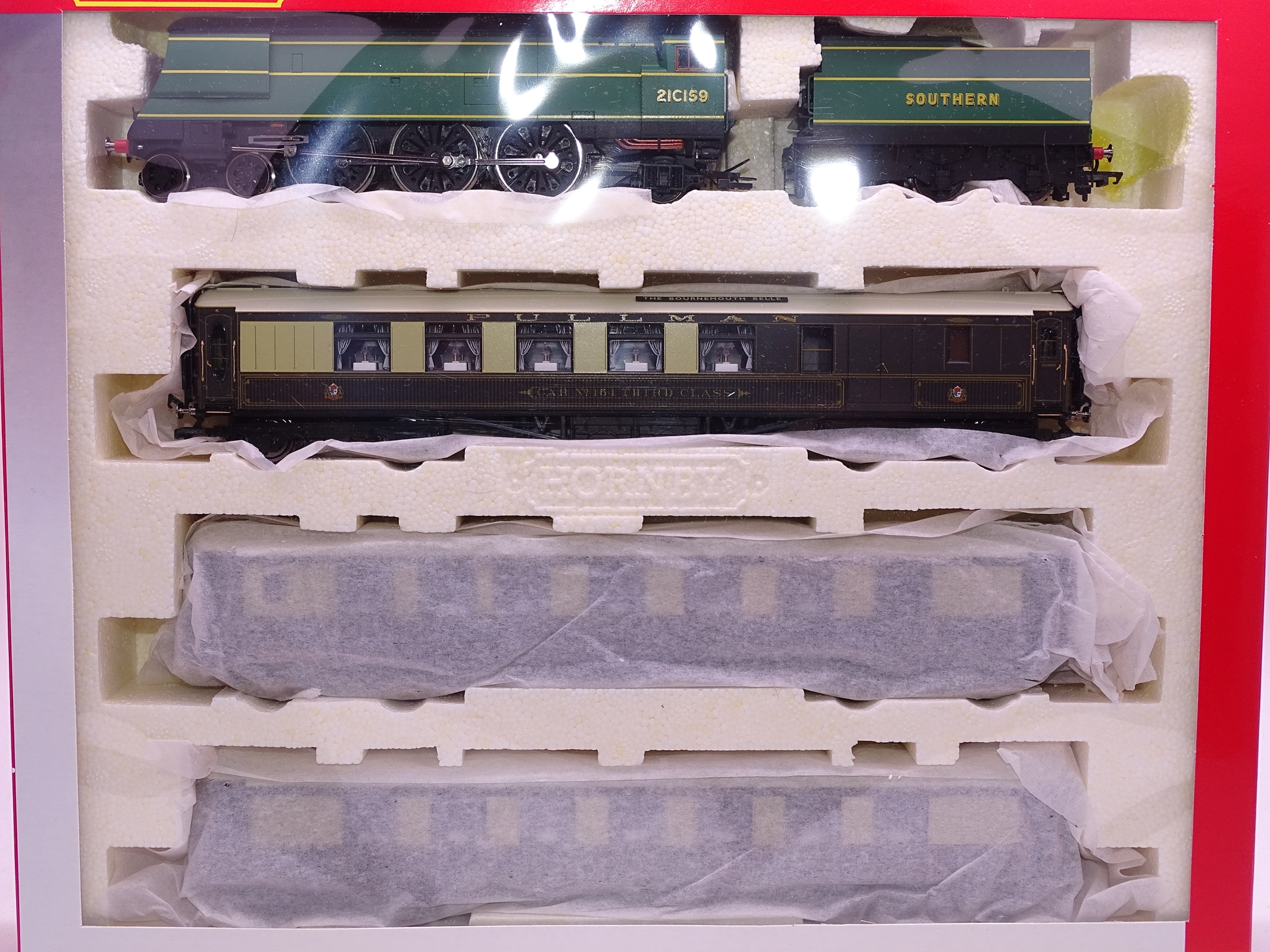 Lot 33 - OO Gauge -A Hornby R2661M 'The Bournemouth Belle' train pack including steam loco and 3 coaches - E,