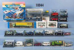 Konv. über 40 Modellfahrzeuge, dabei Pkw, Lkw usw., Kunststoff- und Metallausf., M 1:160 bis 1:87, 1