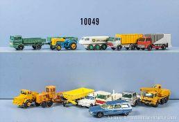 Konv. 13 Modellfahrzeuge, dabei Lkw, Bagger, Pkw usw., Metallgußausf., versch. Hersteller,