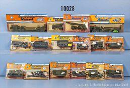 Konv. über 40 Militär-Modellfahrzeuge, dabei Panzer, Sanitäts-Lkw, Tank-Lkw usw., Kunststoffausf.,