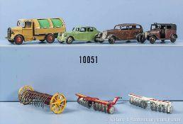 Konv. Dinky Toys, 4 Modellfahrzeuge sowie 3 landwirtschaftliche Geräte, lack. Metallgußausf., M