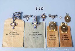 Konv. 3 Mutterkreuze, 2 x Bronze und 1 x Silber, 3 Miniaturen in Silber und 2 Verleihungstüten 2.