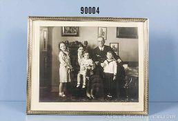 gerahmtes Privatfoto von Otto Schniewind in Uniform mit seiner Familie, Ehefrau Christa und die
