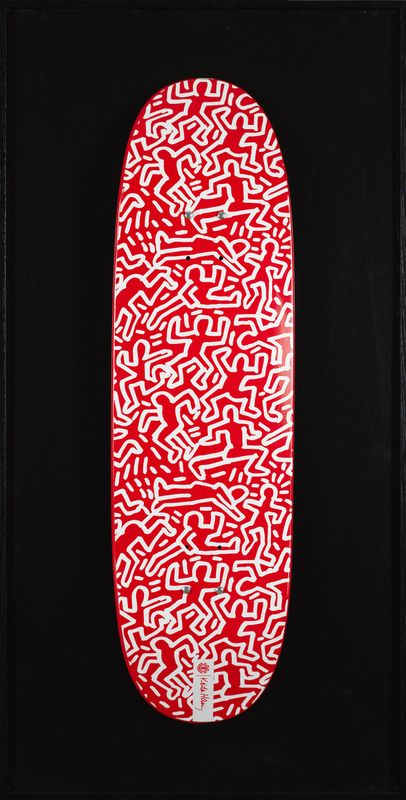 Lot 30 - Keith HARING (1958-1990)- Sans titre, 1990 (fond rouge) - Impression sur skateboard - [...]