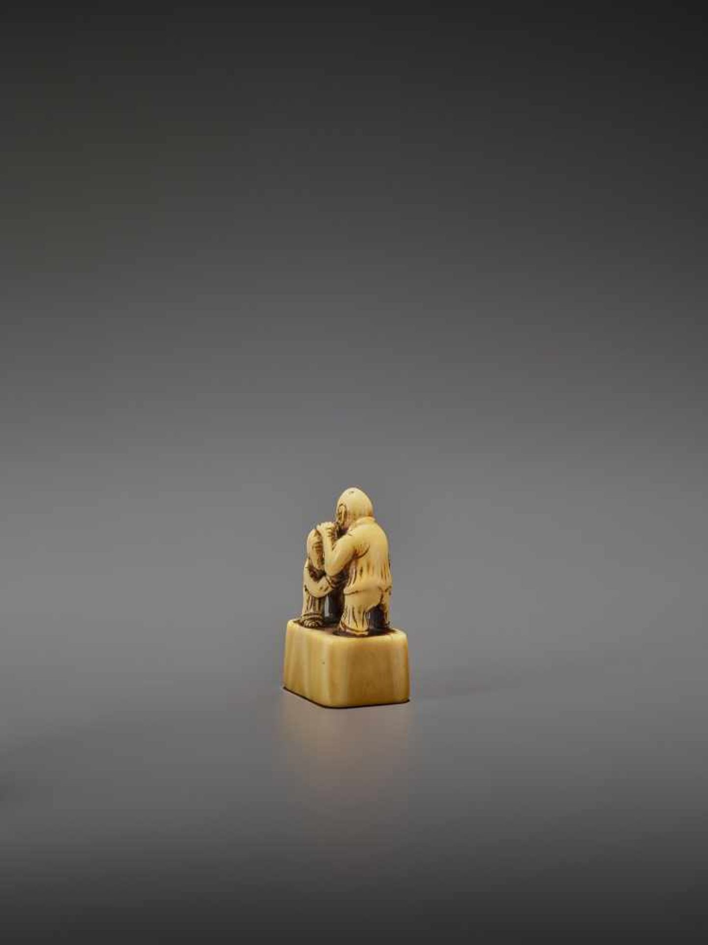 AN EARLY IVORY NETSUKE OF TWO CHINESE WRESTLERS UnsignedJapan, early 18th century, Edo period ( - Image 4 of 9