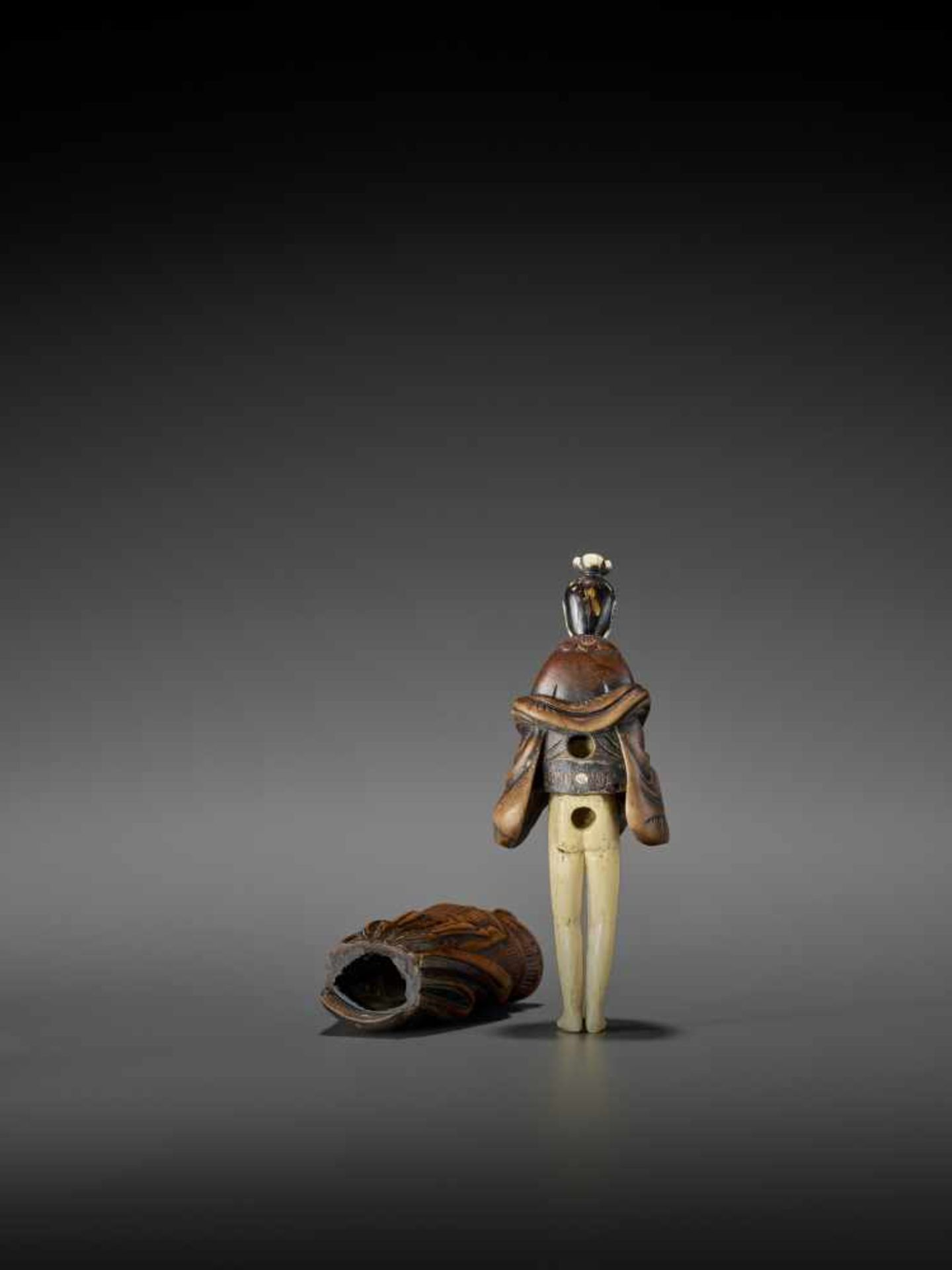 AN IMPORTANT WOOD AND IVORY SHUNGA NETSUKE OF A CHINESE LADY WITH SHISHI CENSER ATTRIBUTED TO - Image 9 of 12
