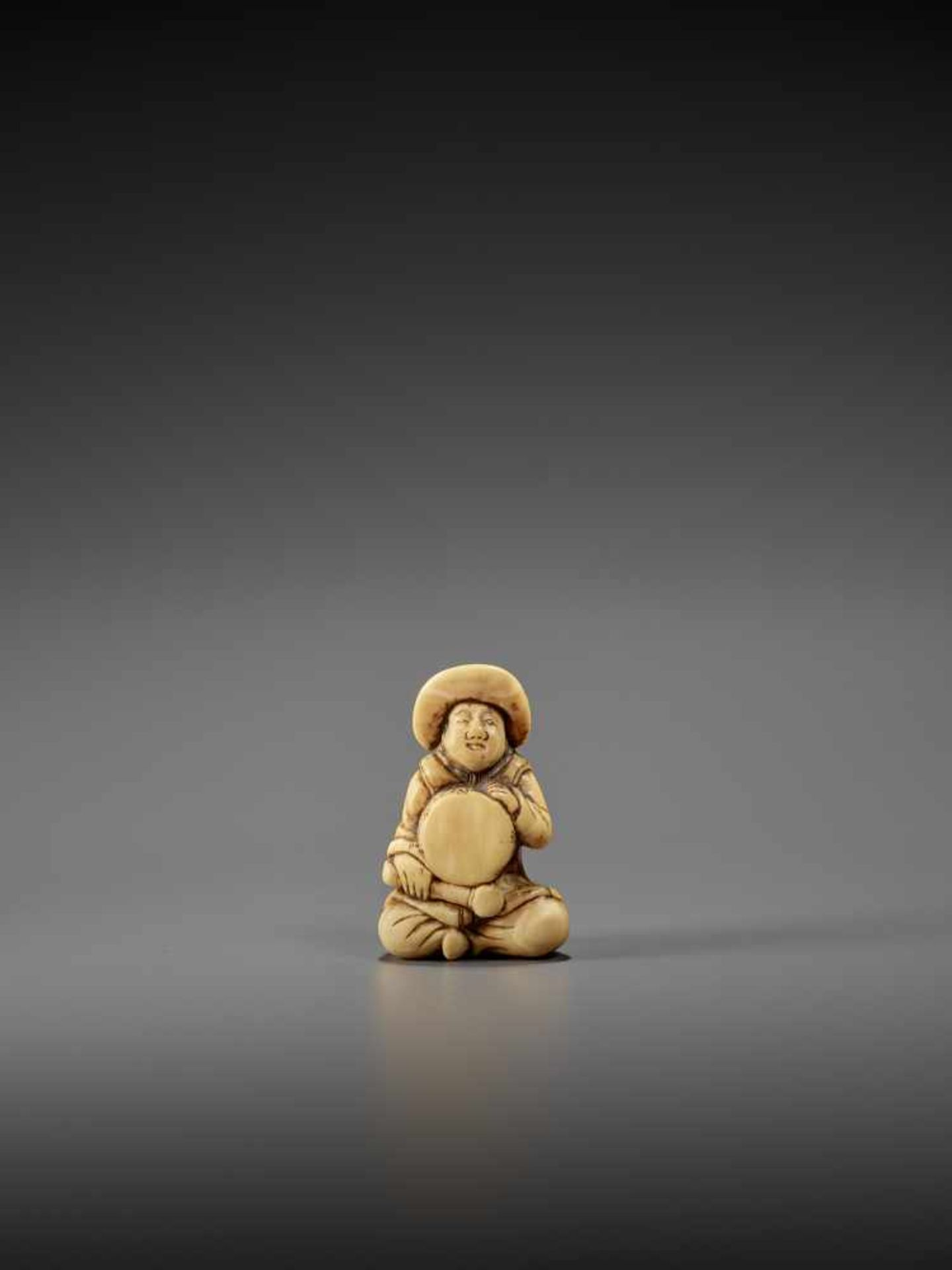AN IVORY NETSUKE OF A DUTCHMAN WITH DRUM UnsignedJapan, late 18th century, Edo period (1615-1868)