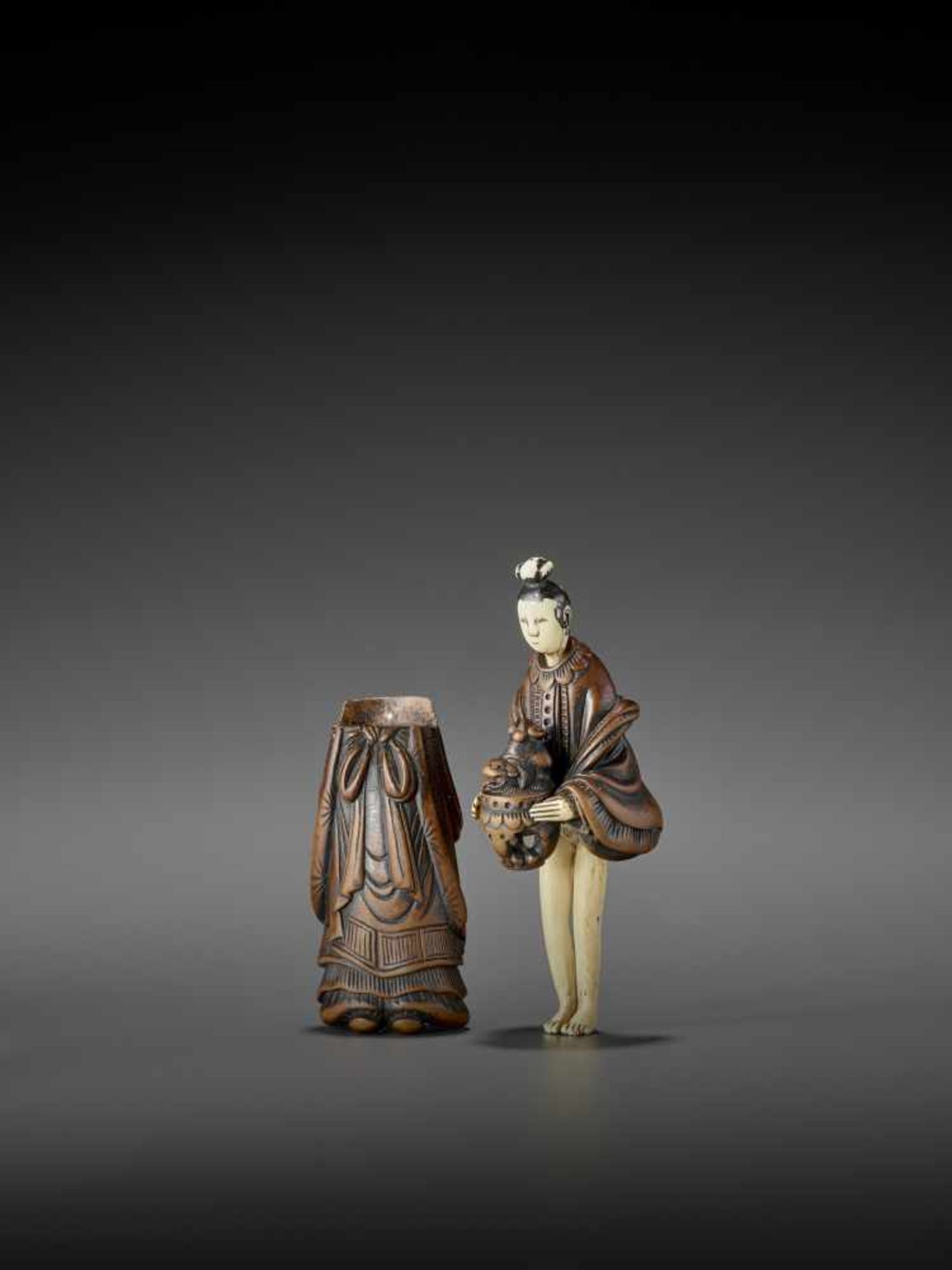 AN IMPORTANT WOOD AND IVORY SHUNGA NETSUKE OF A CHINESE LADY WITH SHISHI CENSER ATTRIBUTED TO - Image 3 of 12