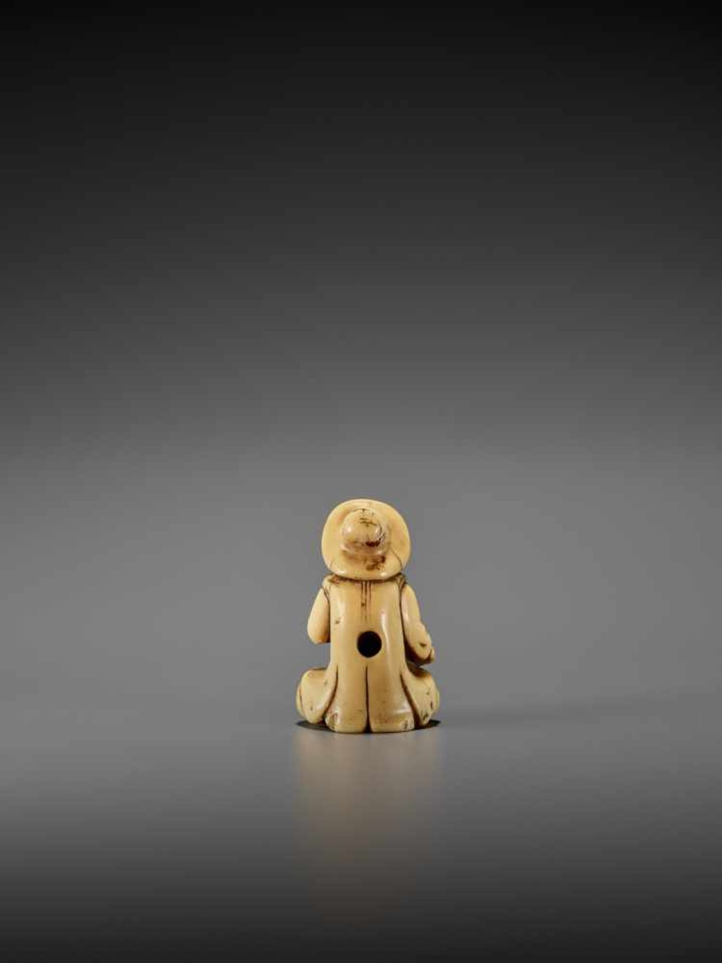 AN IVORY NETSUKE OF A DUTCHMAN WITH DRUM UnsignedJapan, late 18th century, Edo period (1615-1868) - Image 2 of 7