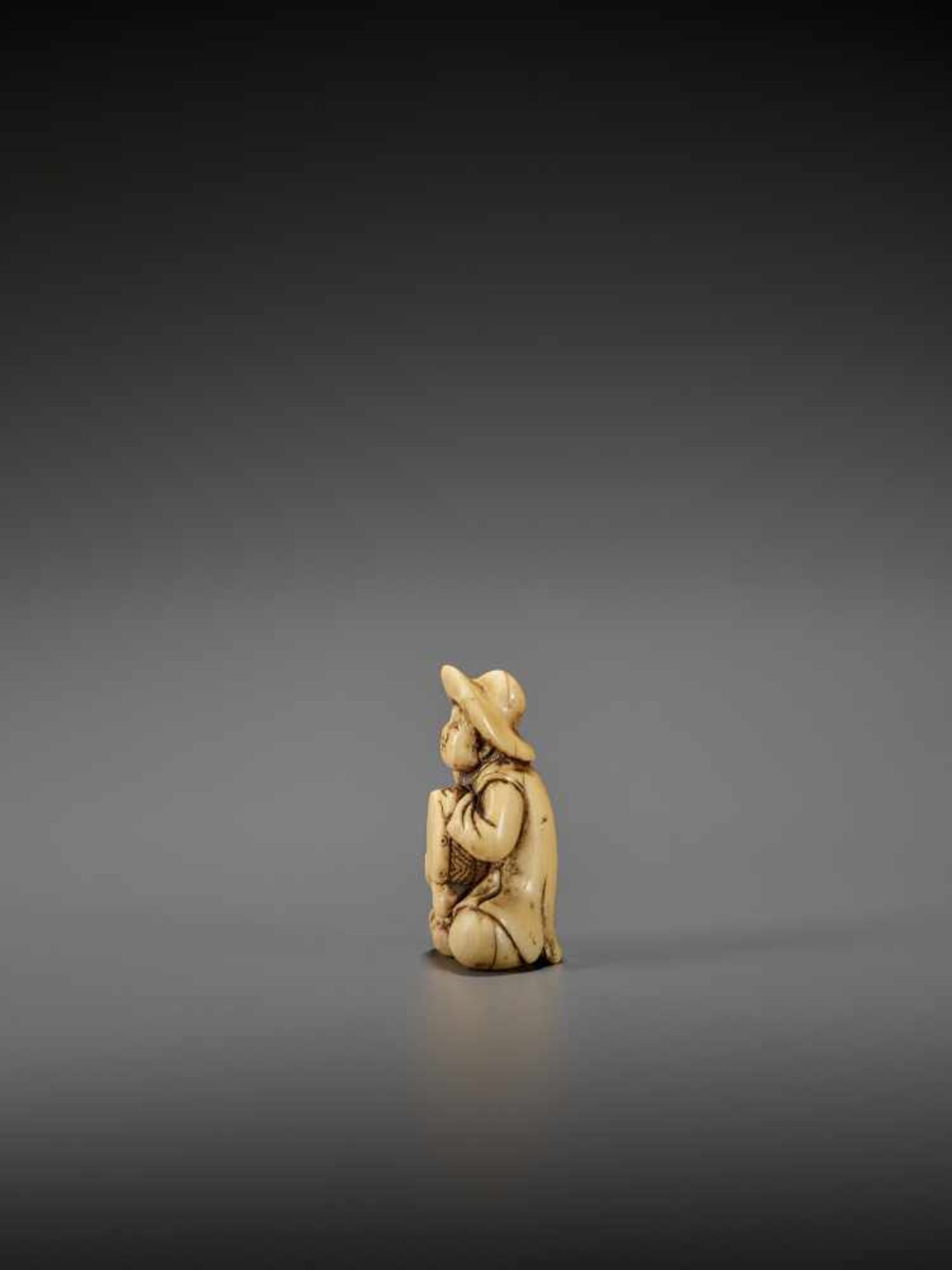AN IVORY NETSUKE OF A DUTCHMAN WITH DRUM UnsignedJapan, late 18th century, Edo period (1615-1868) - Image 4 of 7