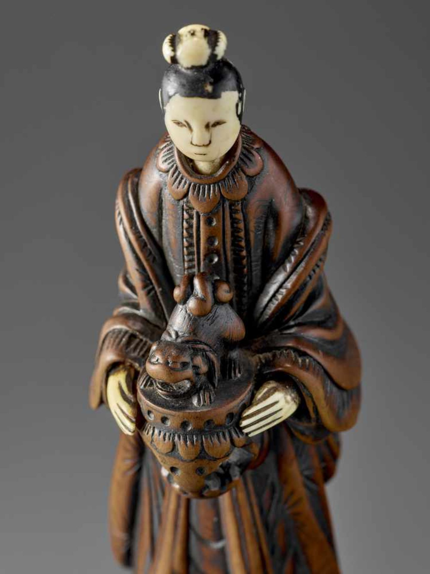 AN IMPORTANT WOOD AND IVORY SHUNGA NETSUKE OF A CHINESE LADY WITH SHISHI CENSER ATTRIBUTED TO - Image 2 of 12