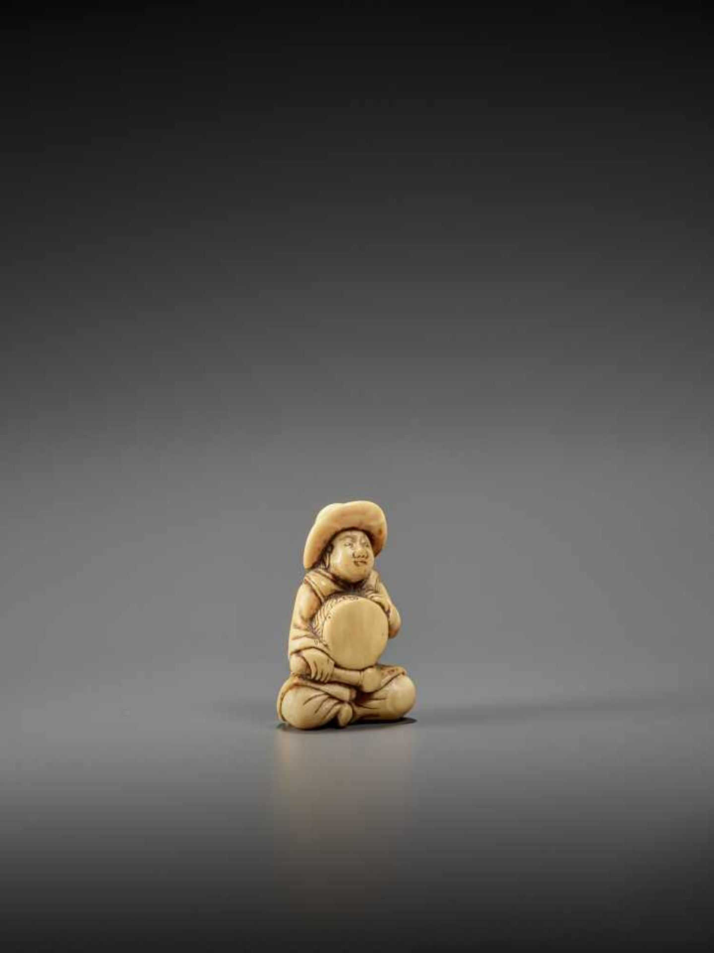 AN IVORY NETSUKE OF A DUTCHMAN WITH DRUM UnsignedJapan, late 18th century, Edo period (1615-1868) - Image 6 of 7
