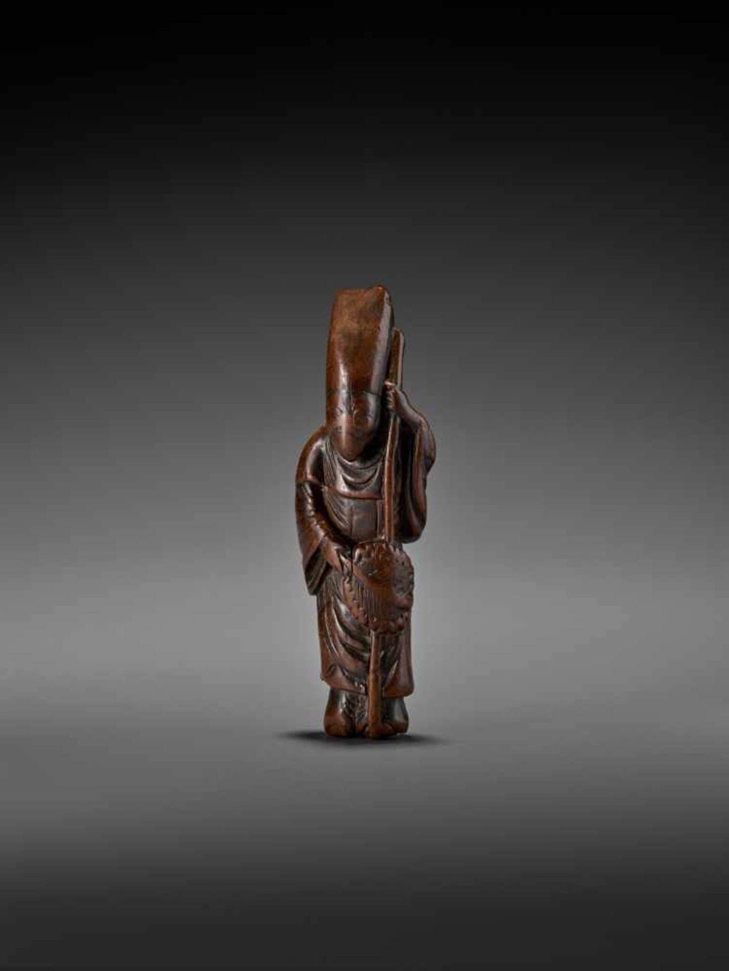 A LARGE AND EARLY WOOD NETSUKE OF A CHINESE COURT OFFICIAL UnsignedJapan, early 18th century, Edo - Image 2 of 8