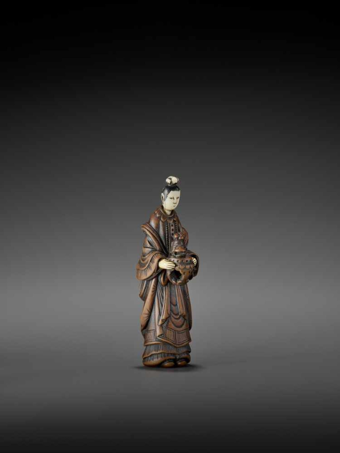 AN IMPORTANT WOOD AND IVORY SHUNGA NETSUKE OF A CHINESE LADY WITH SHISHI CENSER ATTRIBUTED TO - Image 8 of 12