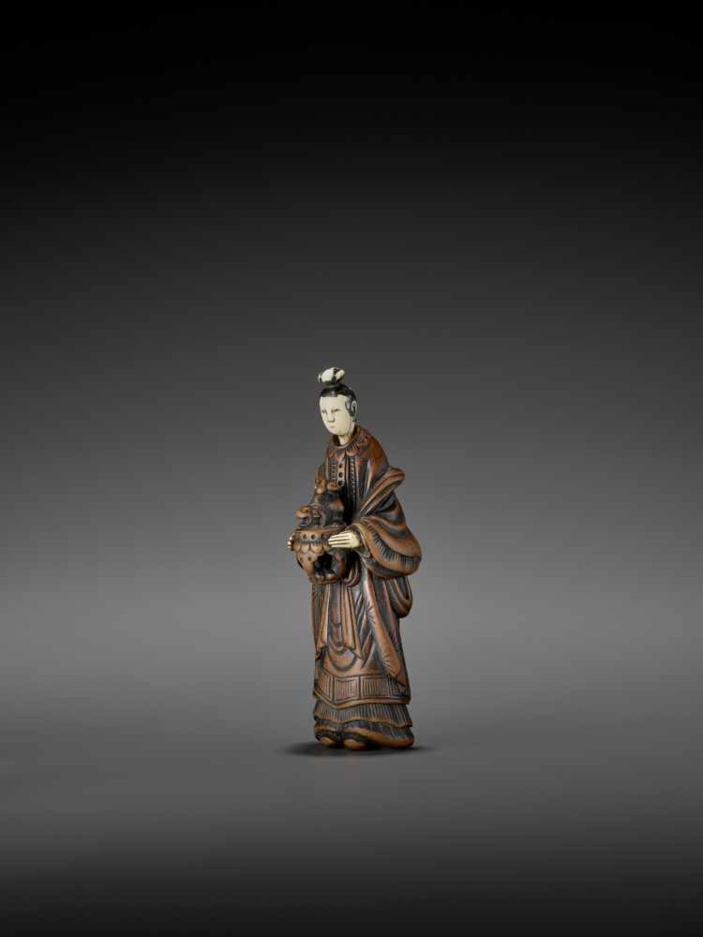 AN IMPORTANT WOOD AND IVORY SHUNGA NETSUKE OF A CHINESE LADY WITH SHISHI CENSER ATTRIBUTED TO - Image 6 of 12