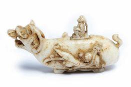Fabeltier aus weisser JadeChina, wohl vor 1900ca. 6,5 x 12 x 4 cmProvenienz: Privatsammlung