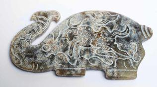 Chinesischer Jade-Elefantca. 10,5 x 6 x 0,5 cmProvenienz: Privatsammlung Zürich.Chinese Jade-