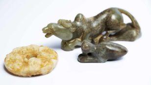 Zwei chinesische Fabeltiere und eine Bi-Scheibe aus Jadeca. 4,5 x 15 x 4 cm; 2,5 x 6 x 2 cm;