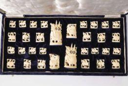 32 Figuren eines Schachspiels aus ElfenbeinChina, 20. Jh.von ca. 2,7 x 3 cm bis zu Durchmesser 4,5
