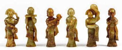 Sechs chinesische Musiker-Figuren aus Jadezwischen 9,5 und 10,5 cm hochProvenienz: Privatsammlung
