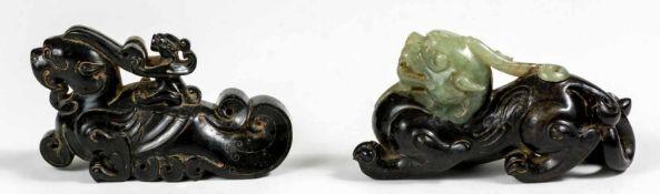 Zwei chinesische Jade-Fabeltiereca. 9 cm lang, 5,5 cm hoch und 10 cm lang, 5 cm hochProvenienz: