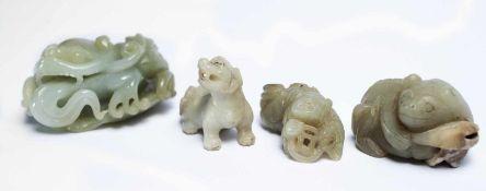 Vier chinesische Fabeltiere aus Jade3,5 x 5 x 6.5 cm; 3,5 x 4,3 x 2,2 cm; 2 x 4,5 x 2,3 cm; 3 x 5