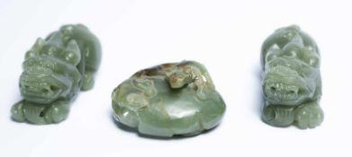 Drei chinesische Fabelwesen aus Jadeca. 3,5 x 8 x 4 cm; 3,8 x 6 x4,8 cm; 3,5 x 8 x 3,5 cmProvenienz: