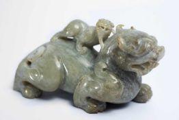 Chinesisches Fabeltier aus Jadeca. 10,5 x 6 x 4,5 cmProvenienz: Privatsammlung Zürich.A Chinese Jade