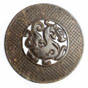 Chinesische Jade-Bi-Scheibe mit DrachenDurchmesser: 28 cmProvenienz: Privatsammlung Zürich.Chinese