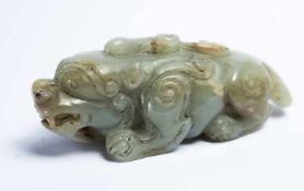 Chinesisches Fabeltier aus Jadeca. 10 x 3,5 x 3,5 cmProvenienz: Privatsammlung Zürich.A Chinese Jade