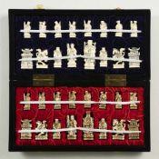 Schachspiel mit 32 Figuren aus ElfenbeinChina, 20. Jh.Kasten: 38 x 19 x 5 cm, Figuren von 4,5 bis