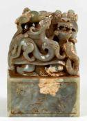 Grosser chinesischer Jade-Stempel mit Drachen14 x 10 x 10 cmProvenienz: Privatsammlung Zürich.