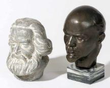 Büsten von Lenin und MarxLenin: Bronze, Bildhauer Kolpakova, 16,5 cm hochMarx: Gips, 13,5 cm