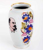 Vase mit Lenin und Symbolik von Komsomol Sowjetisches Porzellan, 20. Jh. 21 cm hochFlower vase