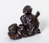 Netsuke with erotic scene, Japan, wood carving, probably around 1900, length: 4,2 cm,height: 4
