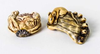 Two netsuke of a tiger and a mouse, China or Japan, ivory carving, probably around 1900,H.: 1,8 cm